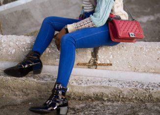 femeie in jeansi care are o geanta pe umar