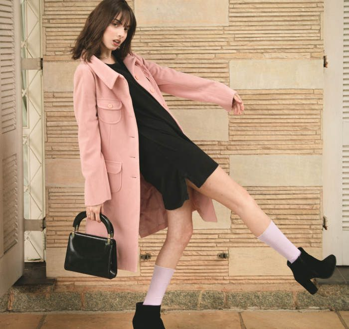 femeie in pardesiu roz pe strada