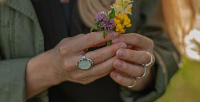 femeie cu mai multe inele pe degete