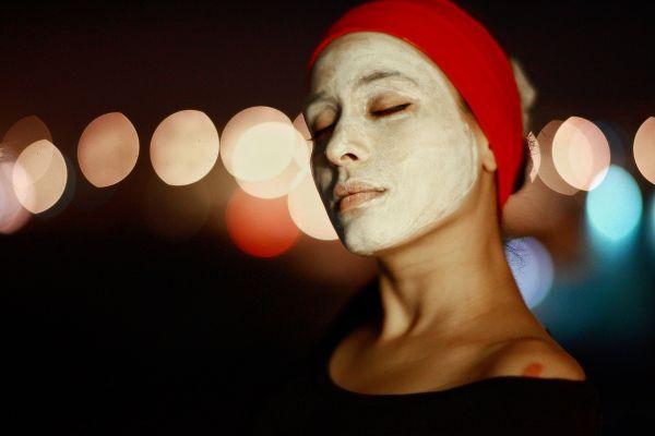 femeie care si-a aplicat pe fata o masca de curatare