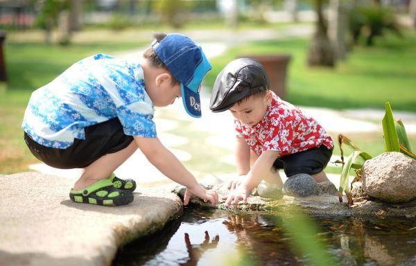 copii care se joaca afara pe balta