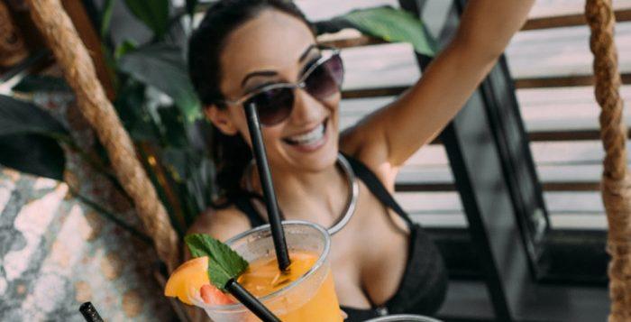 femeie cu un cocktail in mana