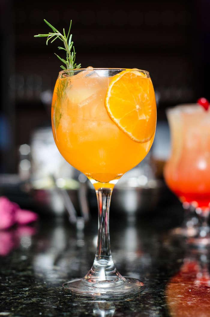 pahar cu cocktail cu felie de portocala