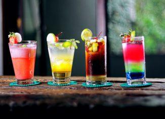 patru pahare cu cocktailuri colorate