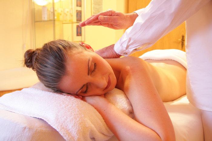 femeie la salonul de masaj