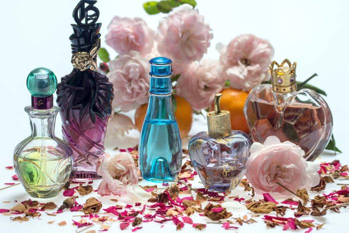 sticlute cu parfum, colorate si de marimi diferite