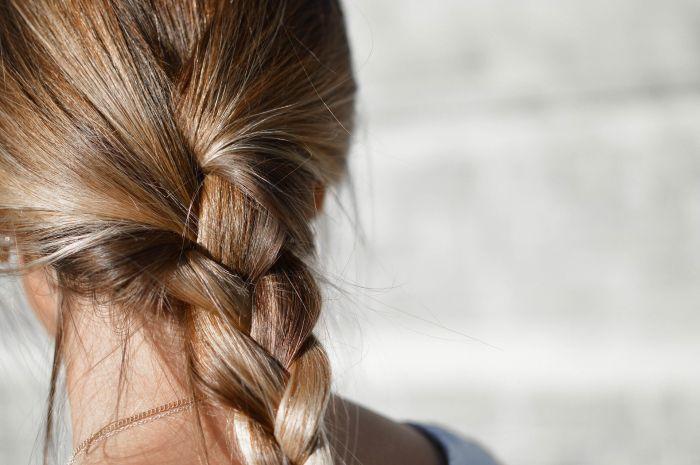 Femeie care are părul împletit la spate