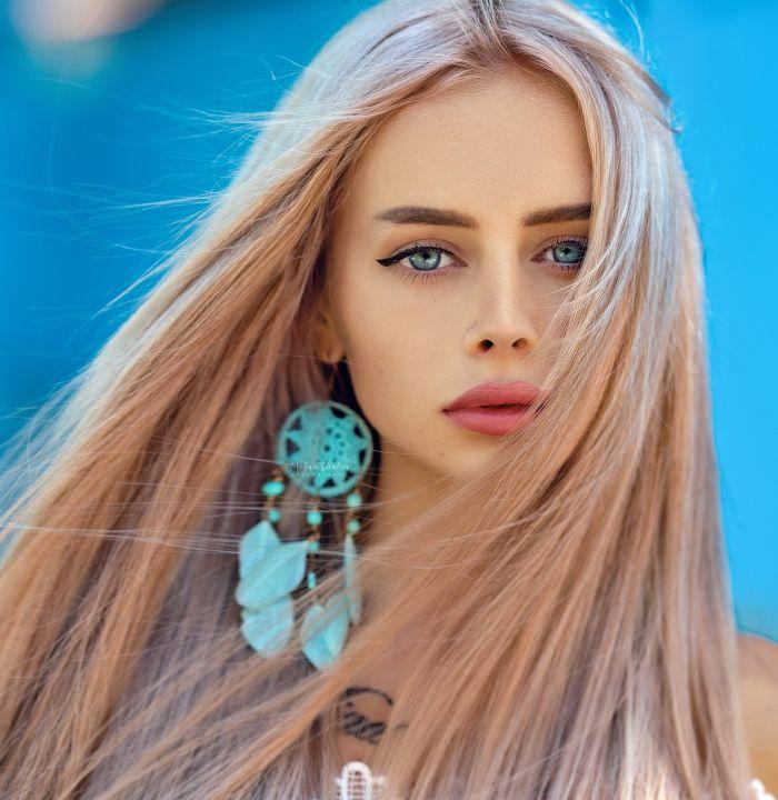 Femeie tânără cu părul lung și blond