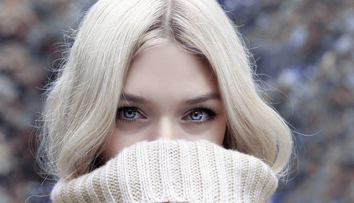 Femeie tânără cu părul blond-cenușiu în tendințe 2020-2021