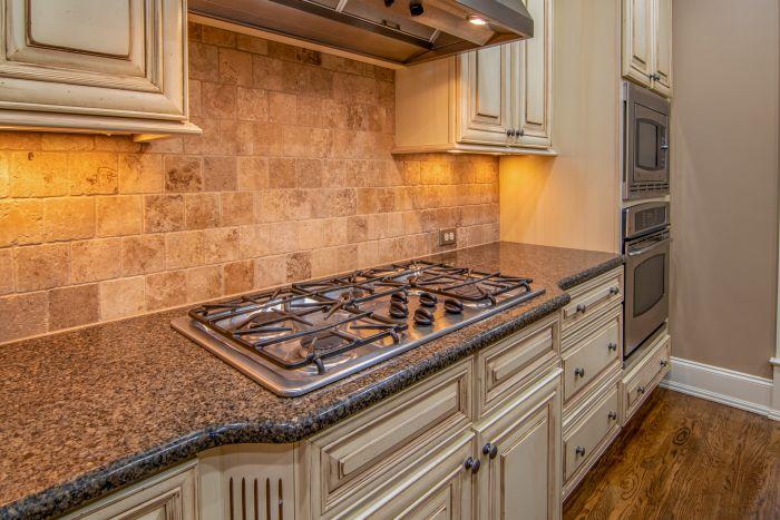 Bucătărie lungă și îngustă decorată clasic