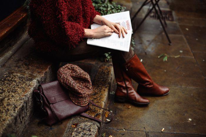 Femeie care poartă cizme până la genunchi în trendurile sezonului rece 2020-2021