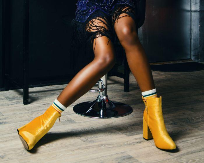 Model care poartă ghete galbene în trendurile sezonului rece