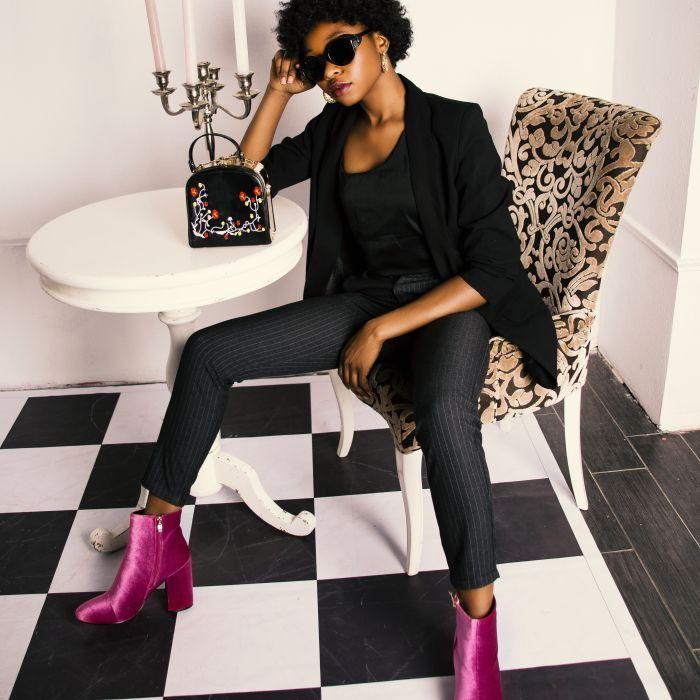 Model încălțat cu ghete de culoare roz