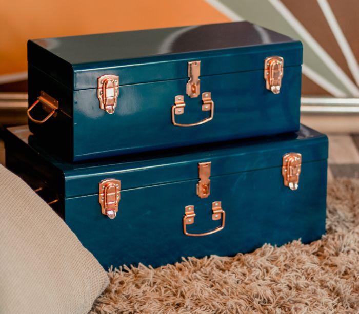 Două valize din carton presat, de culoare albastra, ce fac parte din stilul vintage în design interior