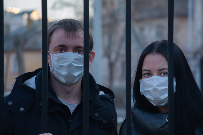Ce este coronasomnia. Bărbat și femeie în carantină dimn cauz apandemiei de coronaviruis