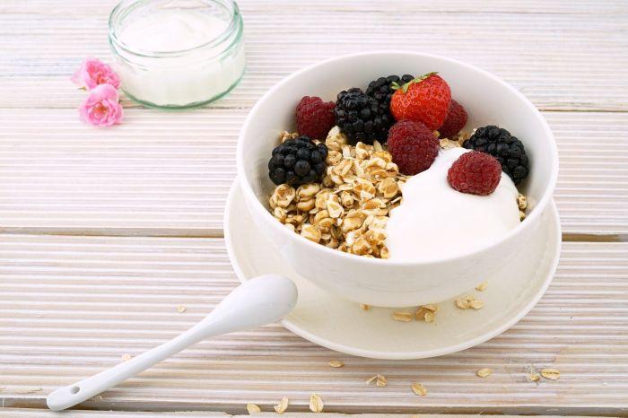 Un mic dejun sănătos conține iaurt, cereale integrale și fructe